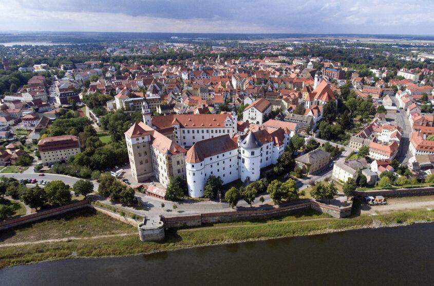 Ein Luftbild zeigt Schloss Hartenfels und die Stadt Torgau, am 06.09.2017.