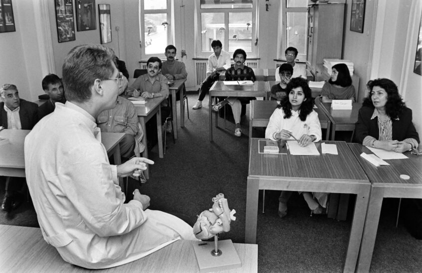 Bochum, 20.08.1991 -  Doctors from Afghansitan who came to Germany as refugees receive advanced training in surgery at a Bochum hospital.