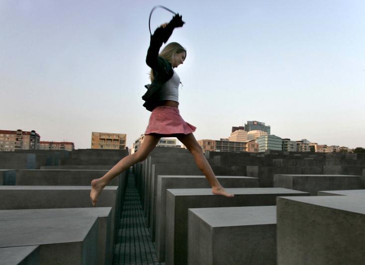 Morgens am Denkmal, Berlin, 2004